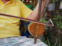Salor, due o fiddle della punta della tre-corda utilizzate nella regione di Lanna o nel Nord della Tailandia, essendo giocando immagini stock libere da diritti