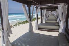 Salotti della spiaggia in Cancun Messico Fotografia Stock