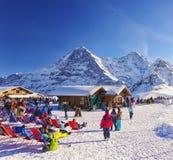 Salotto all'aperto sulla località di soggiorno degli sport invernali in alpi svizzere Immagini Stock Libere da Diritti