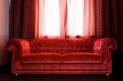 Salotto con un sofà rosso Fotografia Stock Libera da Diritti