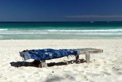 Salotto del Chaise sulla spiaggia Fotografia Stock Libera da Diritti