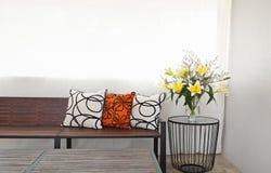Salotto del patio con il banco del giardino Fotografie Stock