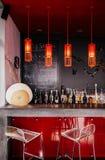 Salotto interno vibrante moderno della barra con mobilia immagine stock