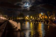 SalouÂ的喷泉在多云夜 库存照片