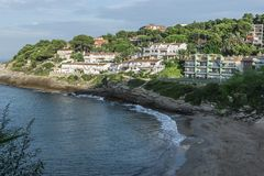 salou西班牙 与海滩和旅馆的美好的全景在海前面 晴天在西班牙 库存图片