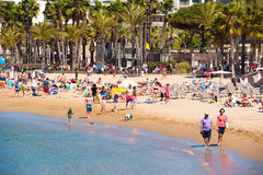 SALOU, ТАРРАГОНА, ИСПАНИЯ - 24-ОЕ АПРЕЛЯ 2017: Люди идя вдоль пляжа Косты Dorada Стоковая Фотография RF