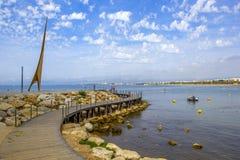 Salou, Таррагона, Испания - 9-ое июня 2017: Деревянная дорожка к Средиземному морю на памятнике на Косте Dorada Общественное Doma стоковые фотографии rf