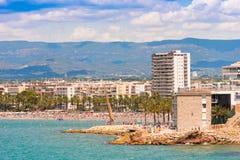 SALOU, SPANJE - JUNI 6, 2017: Kustlijn Costa Dorada, hoofdstrand in Salou, Tarragona, Catalunya, Spanje Exemplaarruimte voor teks royalty-vrije stock afbeelding