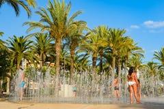 Salou, Tarragona, fontain met mensen en blauwe hemel Stock Foto's