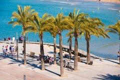 SALOU, TARRAGONA HISZPANIA, KWIECIEŃ, - 24, 2017: Turyści pod drzewkami palmowymi na nadbrzeżu Costa Dorada Zdjęcia Royalty Free