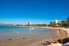 SALOU, TARRAGONA, SPAGNA - 24 APRILE 2017: Linea costiera Costa Dorada, spiaggia principale a Salou Cielo blu Copi lo spazio Fotografie Stock Libere da Diritti