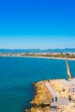 SALOU, TARRAGONA, SPAGNA - 24 APRILE 2017: Linea costiera Costa Dorada, spiaggia principale a Salou Cielo blu Copi lo spazio vert Immagini Stock