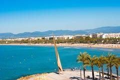 SALOU, TARRAGONA, SPAGNA - 24 APRILE 2017: Linea costiera Costa Dorada, spiaggia principale a Salou Cielo blu Copi lo spazio Fotografia Stock Libera da Diritti