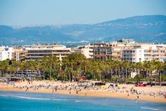 SALOU, TARRAGONA, SPAGNA - 24 APRILE 2017: Linea costiera Costa Dorada, spiaggia principale a Salou Copi lo spazio Fotografie Stock Libere da Diritti