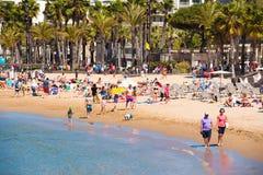 SALOU TARRAGONA, SPANIEN - APRIL 24, 2017: Folk som promenerar stranden av Costa Dorada Royaltyfri Fotografi