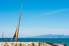 SALOU, TARRAGONA, SPANIEN - 24. APRIL 2017: Touristen nahe dem Monument auf dem Damm Costa Doradas Blauer Himmel Kopieren Sie Pla Lizenzfreie Stockfotos