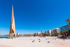 SALOU, TARRAGONA, SPANIEN - 24. APRIL 2017: Touristen und Vögel nahe dem Monument auf der Seeseite Costa Doradas Blauer Himmel Stockfotos