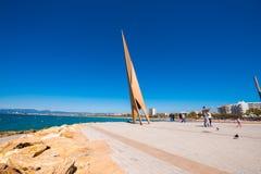 SALOU, TARRAGONA, SPANIEN - 24. APRIL 2017: Touristen und Vögel nahe dem Monument auf der Seeseite Costa Doradas Blauer Himmel ex Lizenzfreie Stockfotos