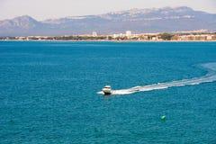 SALOU, TARRAGONA, SPANIEN - 24. APRIL 2017: Weiße Yacht auf Mittelmeer, Costa Dorada, Tarragona, Catalanya, Spanien Kopieren Sie  Stockfotos