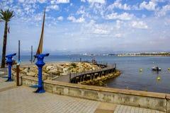 Salou Tarragona, Spanien - Juni 09, 2017: Kust av Costa Dorada, den huvudsakliga stranden i Salou, en stenlagd invallning med trä Royaltyfri Fotografi
