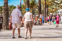 SALOU TARRAGONA, SPANIEN - SEPTEMBER 17, 2017: Folket promenerar invallningen, Salou Kopiera utrymme för text Arkivfoto