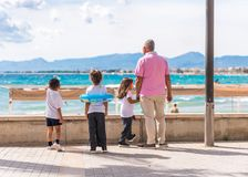 SALOU, TARRAGONA, SPANIEN - 17. SEPTEMBER 2017: Kinder auf der Seeseite in Salou Kopieren Sie Raum für Text Stockfoto