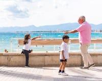 SALOU, TARRAGONA, SPANIEN - 17. SEPTEMBER 2017: Kinder auf der Seeseite in Salou Kopieren Sie Raum für Text Lizenzfreies Stockfoto