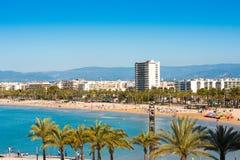 SALOU, TARRAGONA, SPANJE - APRIL 24, 2017: Kustlijn Costa Dorada, hoofdstrand in Salou Blauwe hemel De ruimte van het exemplaar Stock Fotografie