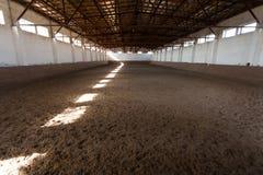 Salowa je?dziecka sala z piaskowatym nakryciem Promienie światło przez okno zdjęcia royalty free