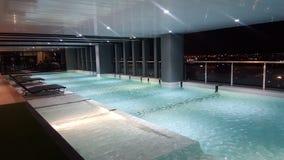 Salowego dachu wierzchołka Pływacki basen Fotografia Royalty Free