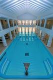 Salowy duży błękitny pływacki basen Obrazy Stock