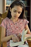 Mały Latynoski dziewczyny czytanie zdjęcia stock