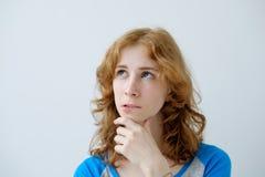 Salowy portret młodej pięknej rudzielec Europejska kobieta odizolowywająca na białym tle jest ubranym błękitną koszulkę fotografia stock
