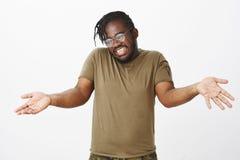Salowy strzał atrakcyjny niestaranny afroamerykanin z brodą, modnym ostrzyżeniem i, fotografia royalty free