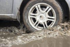 Salpicón de las ruedas de coche Fotografía de archivo libre de regalías