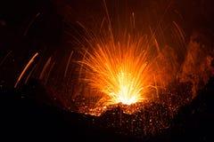 Salpicón del volcán de Stromboli que entra en erupción con lava foto de archivo