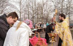 Salpicón ortodoxo del sacerdote el agua santa Imágenes de archivo libres de regalías