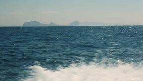 Salpica de la lancha de carreras en el océano almacen de video
