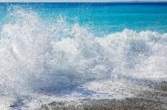 Salpica de las ondas azules en Niza Foto de archivo libre de regalías