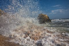 Salpica de las ondas que baten contra la orilla imágenes de archivo libres de regalías