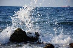 Salpica de ondas del mar en luz del día. imagen de archivo libre de regalías