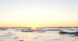 Salpica del agua de las ondas en el mar metrajes