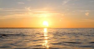 Salpica del agua de las ondas en el mar almacen de metraje de vídeo