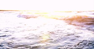 Salpica del agua de las ondas en el mar almacen de video