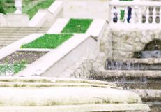 Salpica del agua en la cascada artificial de la cascada existente imágenes de archivo libres de regalías