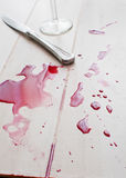 Salpica del vino rojo y del cuchillo derramados Foto de archivo