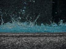 Salpicar descensos del agua en fuente de la tromba marina Fotos de archivo libres de regalías