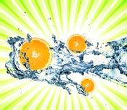 Salpicar el agua con las naranjas fotos de archivo libres de regalías