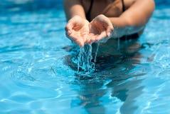 Salpicar el agua pura de la piscina Fotografía de archivo