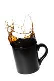 Salpicar el café en una taza Fotografía de archivo